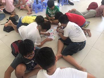 Mizuki creating a poster with students at Tam Ha School.