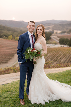 Wedding picture with a vineyard in the background
